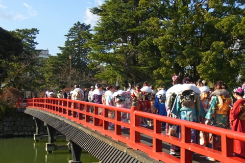 成人式が終わった直後の学橋
