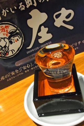 グラスと升と受け皿いっぱいに注がれた日本酒