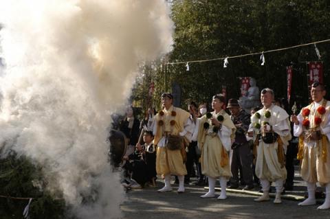火渡りの点火がされて煙が上がる