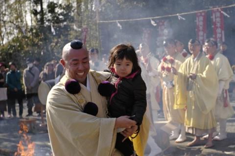 無事の成長を祈って子供も火渡り