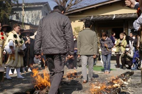 火渡りに参加する一般の人たち