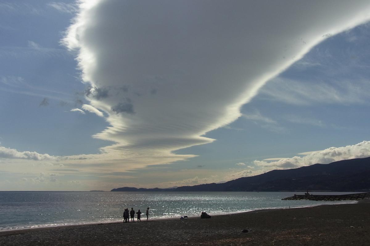 小田原スナップ御幸の浜海岸の巨大な雲