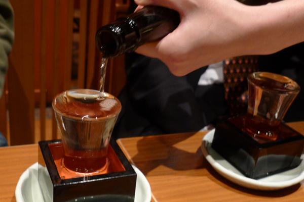 グラス一杯まで注がれる日本酒