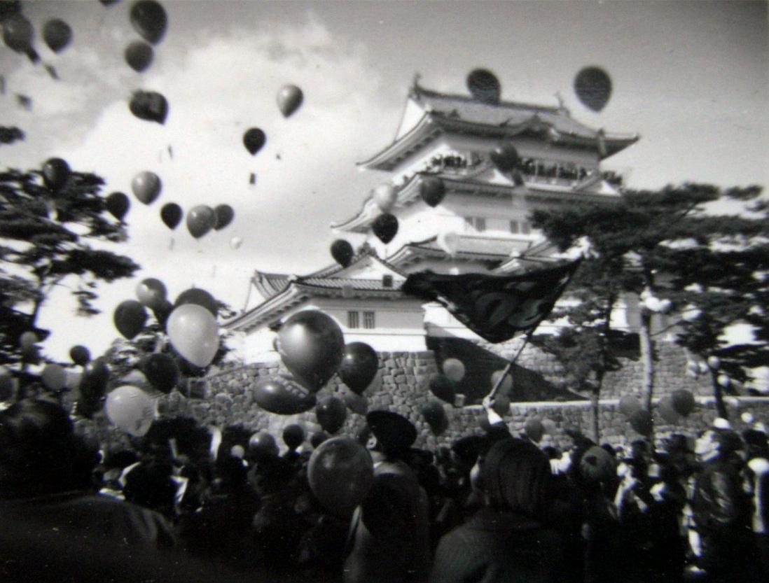 1965年頃小田原城から風船に手紙を付けて飛ばす催事