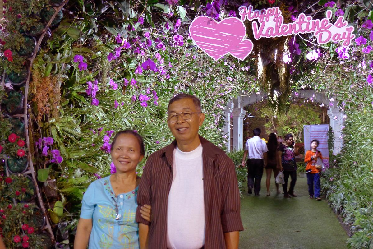 バレンタインデーの日に花祭り会場で出会った仲の良さそうな熟年夫婦