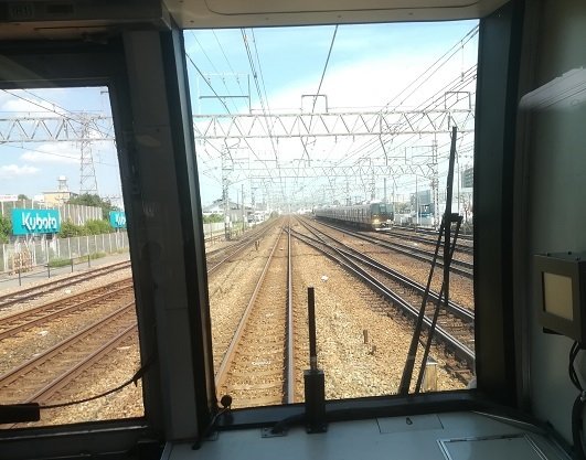 16 尼崎駅を出発 東海道線(神戸線)の下り電車とすれ違う