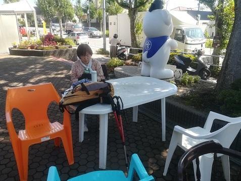 5 自治会館の横の椅子で休息