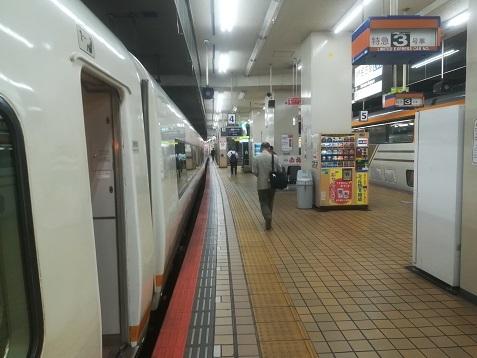 23 近鉄名古屋駅から最終便の特急で奈良へ向かう