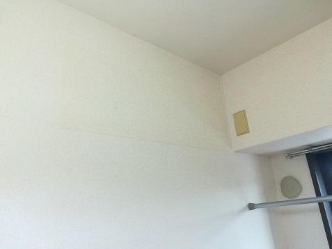 6 4畳の部屋のエアコン取り外し跡に壁紙を貼り付けjpg