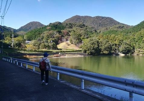4 大池の横を通って二上山へ向かう