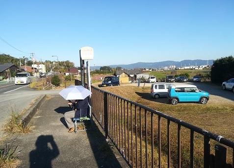 11 バス停で待つ