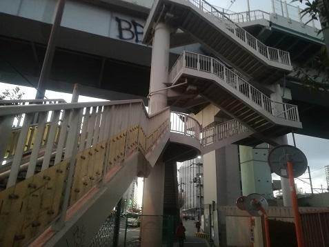 9 天ので続く歩道橋の階段