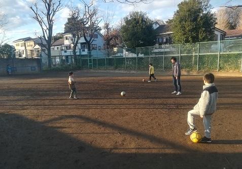 7 近くの公園で孫のサッカー