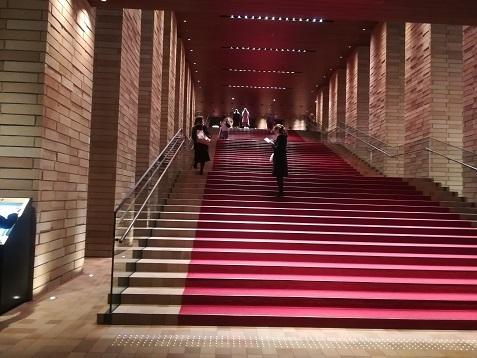 1 フェスティバルホール 中央階段