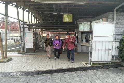 1 信貴山下駅へメンバーが集まった
