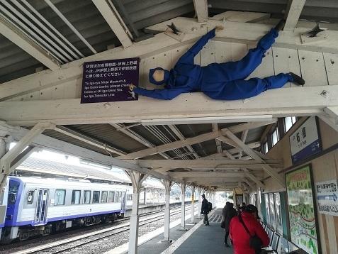 8 柘植駅ホームは忍者だらけ 天井にも