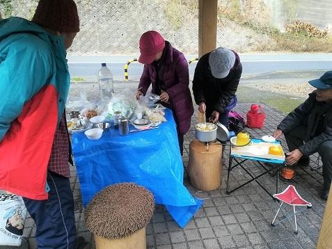 11 信貴山道路脇のの東屋で鍋料理