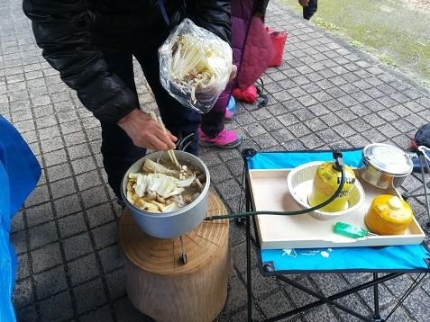 12 信貴山道路脇のの東屋で鍋料理