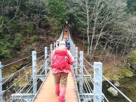 4 吊り橋を渡る