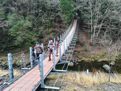 18 登山口の吊橋へ到着