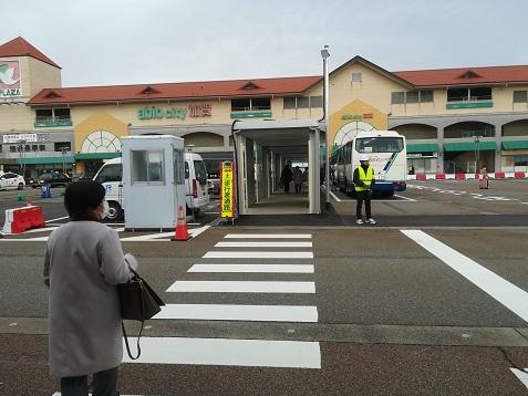 4 送迎バス乗場へ向かう