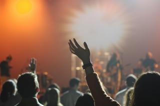 コンサートで盛り上がる人たち
