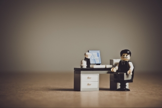 サラリーマンの人形と仕事場の模型