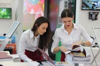 アルバイトをする女性たち