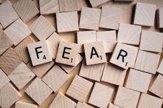FEARと書かれた木のブロック