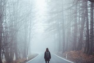 霧の前に立つ女性