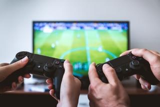 テレビゲームで対戦している人たち