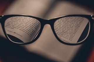メガネをかける人の目線