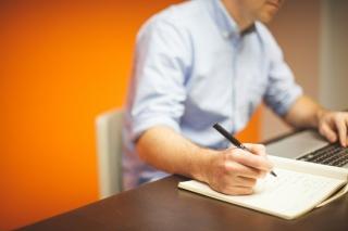ペンを持って仕事する男性