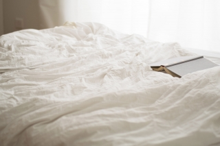 ベッドに置かれた本