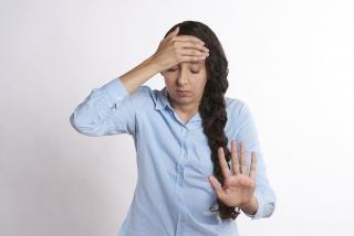 頭痛に悩む人