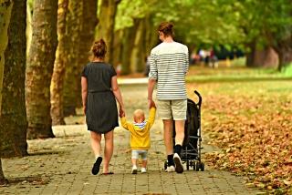 両親に手をひいてもらいながら歩く子供