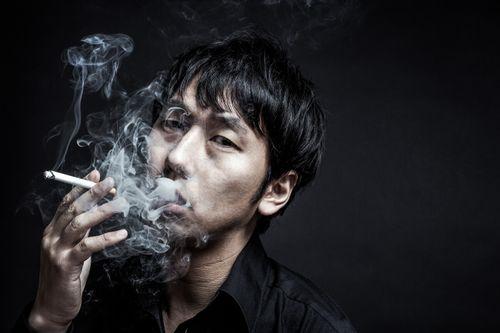 タバコの煙を