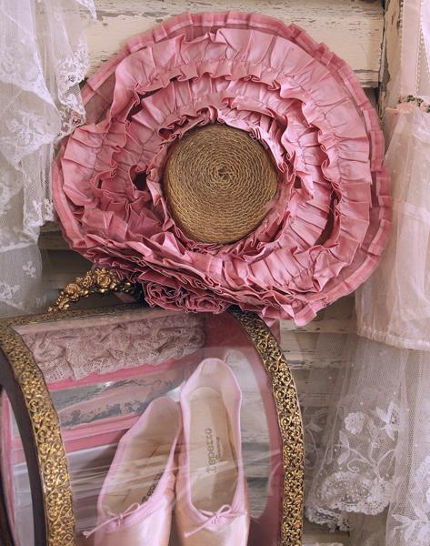 ピンク色のアンティークディスプレイ。