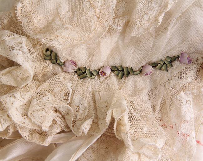 モーヴ色のロココリボンのローズ飾り