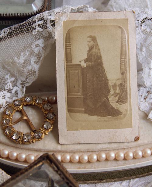ロングヘア少女のアンティーク古写真