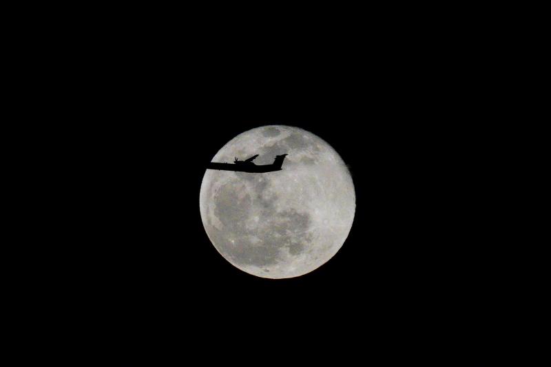 満月と飛行機r