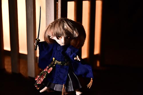 オビツ11ボディ、PARABOXプチフェアリーヘッドをカスタムして作った鬼っ子の朱鷺丸。行灯に照らされて、刀を振るっている。