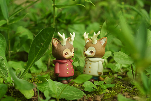 ツバキアキラが撮った、VAG・MORRIS、通称・つのねこ。草むらで熱心におしゃべりをしている、つのねこ達。