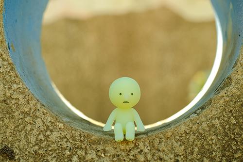 ツバキアキラが撮ったスミスキーの写真。ポッカリと空いた、円形の穴の中でユラユラ気分のスミスキー。
