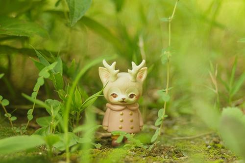 ツバキアキラが撮った、VAG・MORRIS、通称・つのねこ。草むらの中で、このまま霞んで消えてしまいそうな、つのねこ。