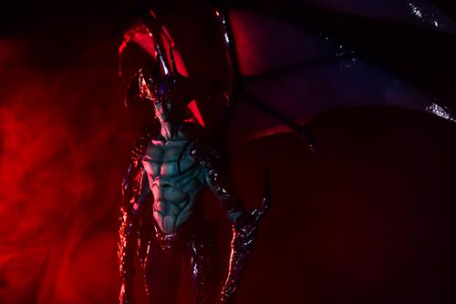 ツバキアキラが撮った、韮沢靖さんデザインのヴァリアブルアクションヒーローズ デビルマン Ver.Nirasawa2016。赤いスモークの揺らめきの中に佇むデビルマン。
