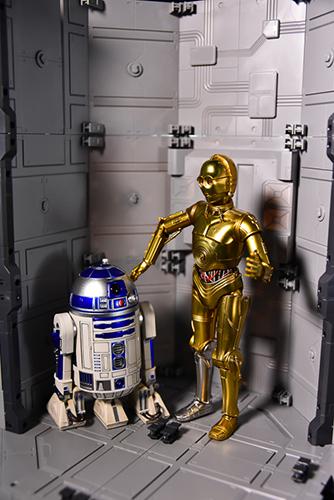 ツバキアキラが撮った、S.H.フィギュアーツのC-3POとR2-D2。SFっぽい背景が欲しくて、オクタゴンベースを組み立てました。
