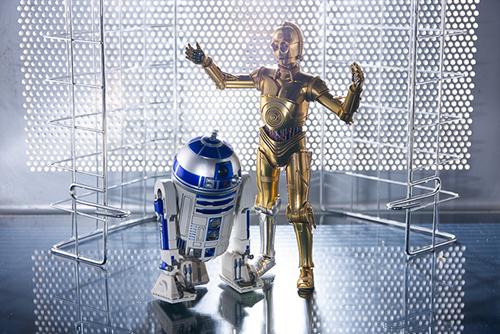 ツバキアキラが撮った、S.H.フィギュアーツのC-3POとR2-D2。大きなアクリルボードが届いたので、キッチン周りのものを駆使してSF感を出す撮影をリベンジしました。