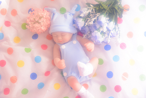 リボーンドールの千尋。赤ちゃんらしいロンパースに着替えて、お花と一緒に撮影しました。