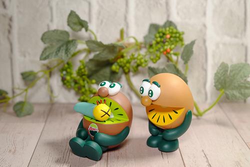 ツバキアキラが撮った、ゼスプリキウイブラザーズのフィギュア。ニャッキにキウイジュースを飲ませるグリーン。